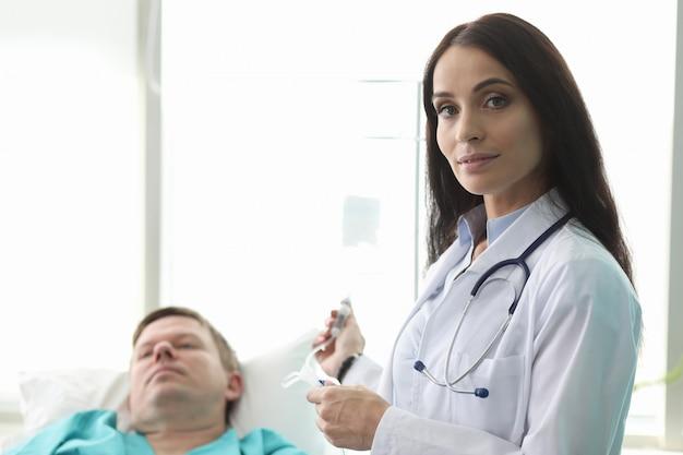 Ładna kobieta pracuje w szpitalu