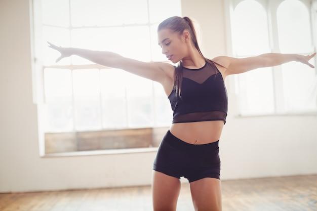 Ładna kobieta praktykuje taniec hip hop