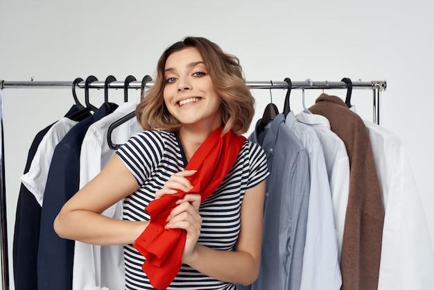 Ładna kobieta przymierza emocje w studio czerwonej koszuli