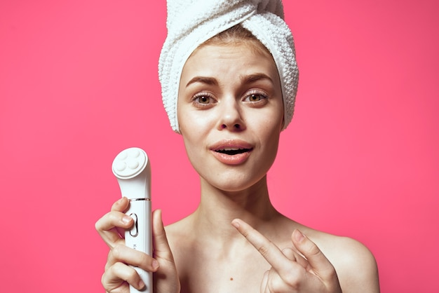 Ładna kobieta ręcznik na masażer głowy w rękach relaks pielęgnacji skóry