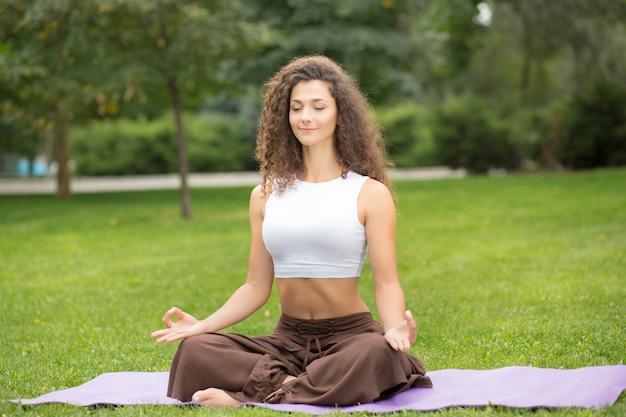 Ładna kobieta robi ćwiczenia jogi