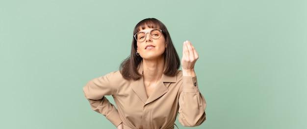 Ładna kobieta robi gest kaprysu lub pieniędzy, każąc ci spłacić długi!