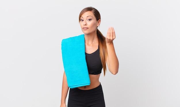 Ładna kobieta robi gest kaprysu lub pieniędzy, każąc ci zapłacić. koncepcja fitness