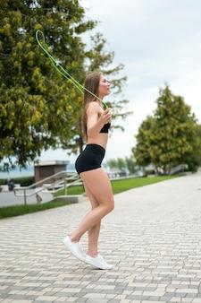 Ładna kobieta robi sprawności fizycznej ćwiczy długi strzał