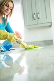 Ładna kobieta robi swoje obowiązki domowe