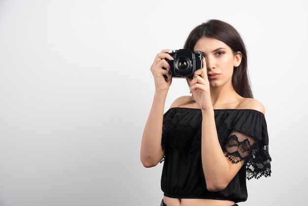 Ładna kobieta robienia zdjęć aparatem