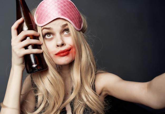 Ładna kobieta rozmazana szminka nocne życie butelka alkoholu na białym tle