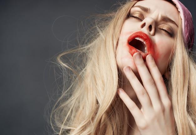 Ładna kobieta rozmazana szminka życie nocne zbliżenie butelki alkoholu