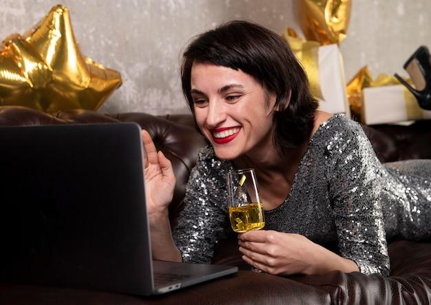 Ładna kobieta rozmowy wideo z przyjaciółmi