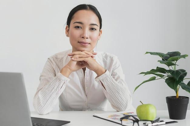 Ładna kobieta siedzi w biurze