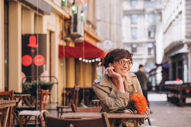Ładna kobieta siedzi w kawiarni w chińskim mieście