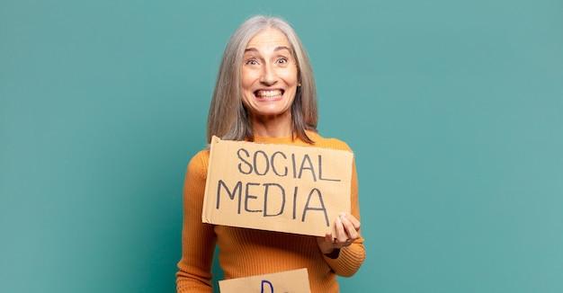 Ładna kobieta siwe włosy, koncepcja mediów społecznościowych