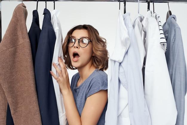 Ładna kobieta sklep odzieżowy kupującego sprzedaż na białym tle. zdjęcie wysokiej jakości