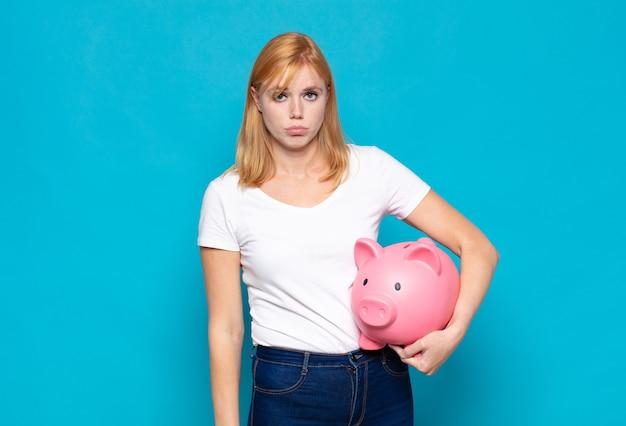 Ładna kobieta smutna i jęcząca z nieszczęśliwym spojrzeniem, płacząca z negatywnym i sfrustrowanym nastawieniem