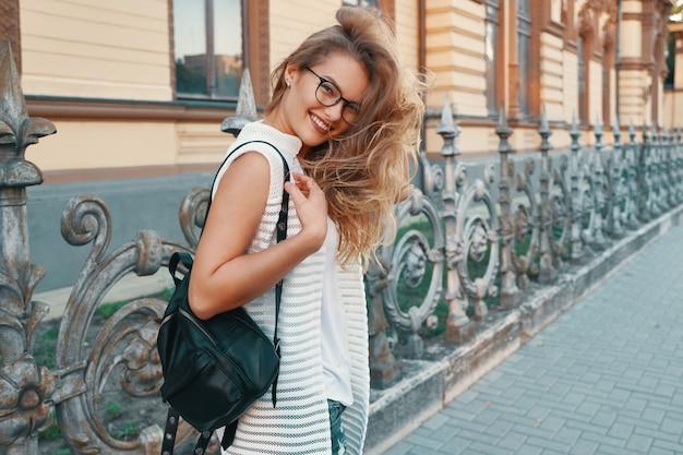 Ładna kobieta spaceru w europejskim mieście w weekend