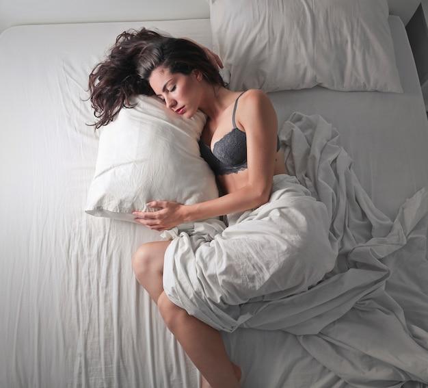 Ładna kobieta śpi