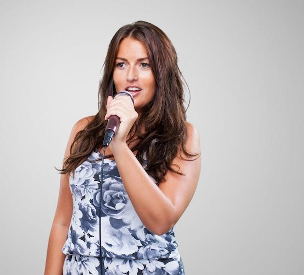 Ładna kobieta śpiewa