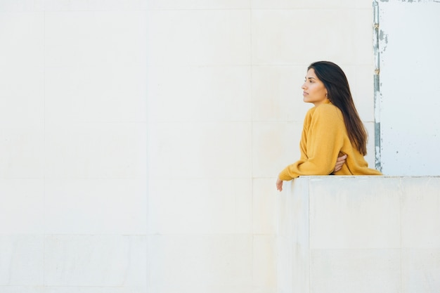 Ładna kobieta stojąc na balkonie