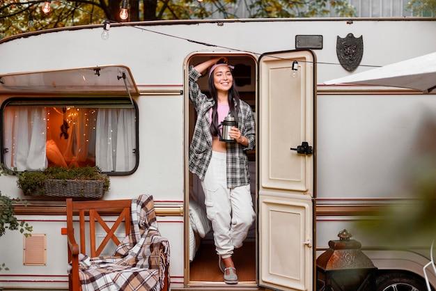 Ładna kobieta stojąca przed furgonetką