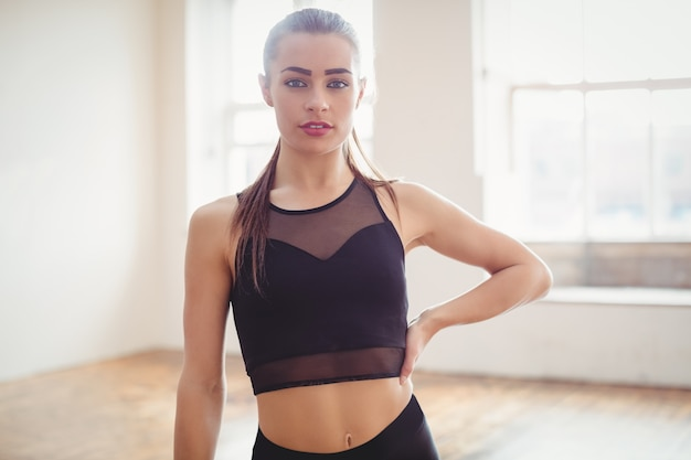 Ładna kobieta stojąca w studio tańca hip hop