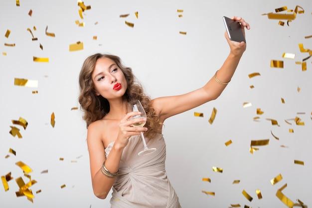 Ładna kobieta świętuje nowy rok picia szampana
