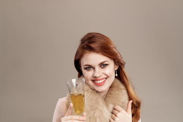 Ładna kobieta szkło z szare tło dekoracji szampana