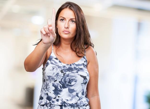 Ładna kobieta toching ekran z palca