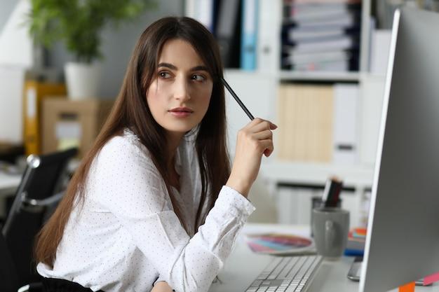 Ładna kobieta trzyma długopis