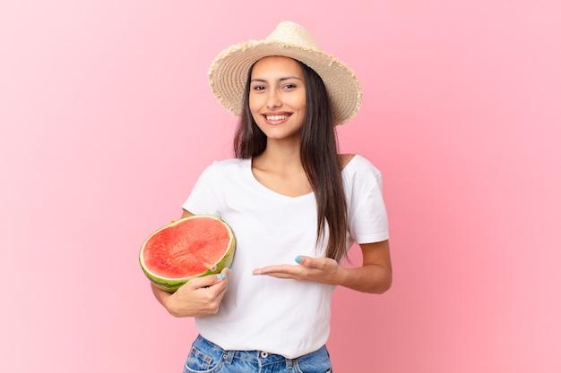 Ładna kobieta trzymająca kawałek arbuza