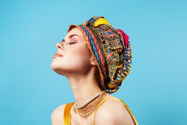 Ładna kobieta turban na jej niebieski telefon dekoracji głowy.