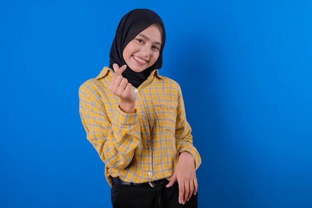 Ładna kobieta ubrana w żółtą spódnicę i gestykulujący uśmiech zatrzymuje się z ładnym wyrazem rąk