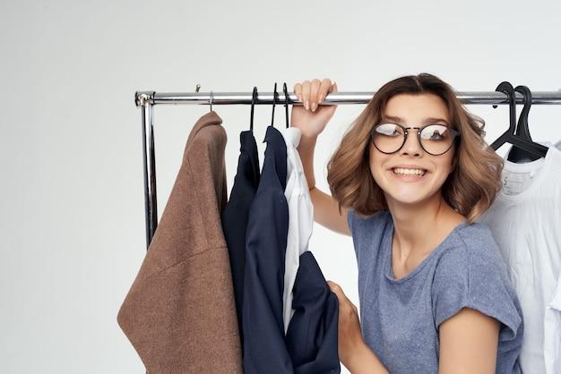 Ładna kobieta ubrania wieszak styl życia studio zakupów. zdjęcie wysokiej jakości