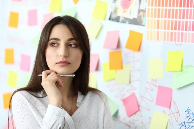 Ładna kobieta urzędnik stojący w biurze rozwiązywania trudnych zadań