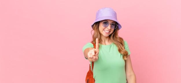Ładna kobieta uśmiecha się dumnie i pewnie co numer jeden. koncepcja lato