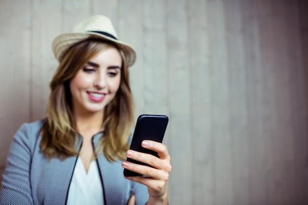 Ładna kobieta używa smartphone