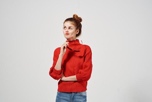 Ładna kobieta w atrakcyjnym czerwonym swetrze