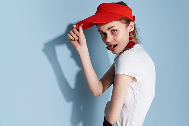 Ładna kobieta w białej koszulce czerwona czapka letnia moda zabawa pozowanie