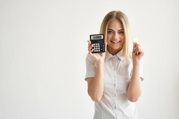 Ładna kobieta w białej koszuli kalkulator finanse gospodarka kryptowaluta