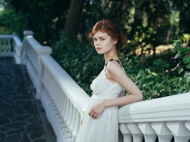 Ładna kobieta w białej sukni greckiej mitologii księżniczki wakacje