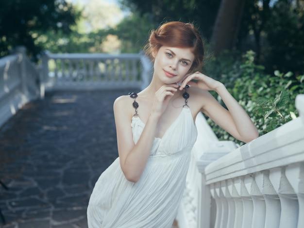 Ładna kobieta w białej sukni greckiej tradycji mitologii księżniczki