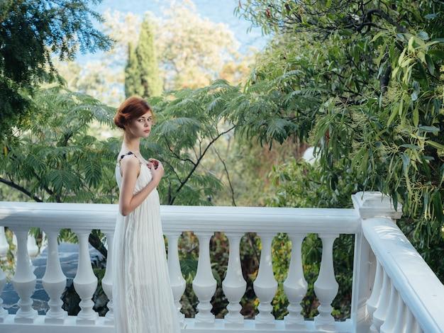Ładna kobieta w białej sukni na zewnątrz dekoracja mitologia grecja