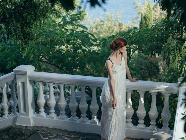 Ładna kobieta w białej sukni park natura księżniczka glamour