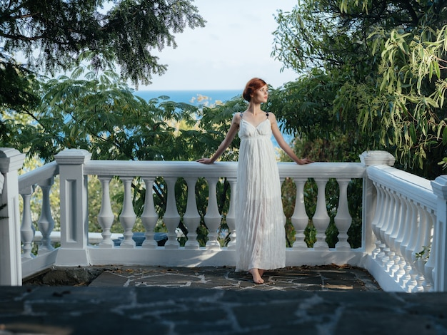 Ładna kobieta w białej sukni w parku grecja ozdoba księżniczki. zdjęcie wysokiej jakości