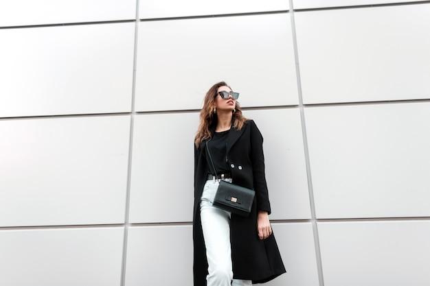 Ładna kobieta w czarne ubrania mody