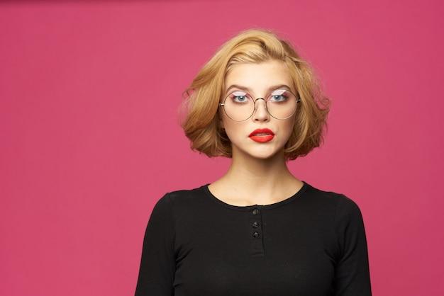 Ładna kobieta w czarnym swetrze krótką fryzurę