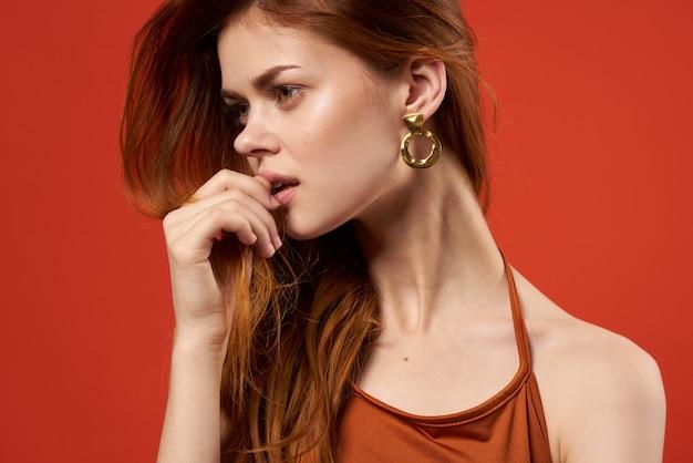 Ładna kobieta w czerwonej koszulce dżinsy ozdoba moda. zdjęcie wysokiej jakości