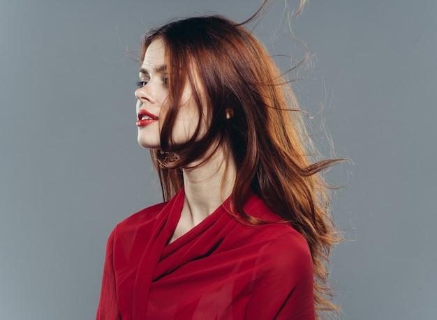 Ładna kobieta w czerwonej koszuli glamour jasny makijaż moda.