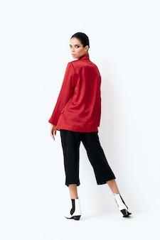 Ładna kobieta w czerwonej kurtce luksusowych kosmetyków moda widok z tyłu.