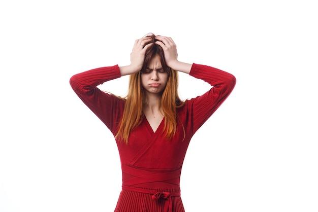 Ładna kobieta w czerwonej sukience pozowanie świąteczne emocje. zdjęcie wysokiej jakości