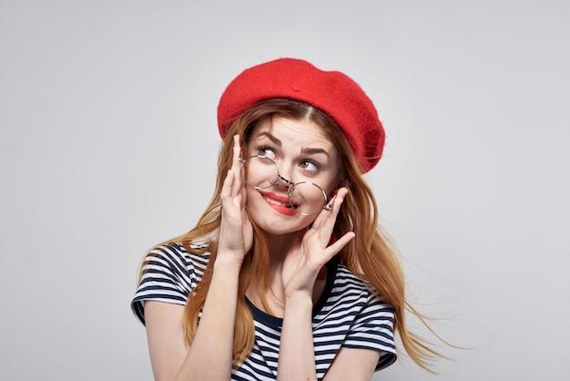 Ładna kobieta w czerwonym kapeluszu makijaż moda pozowanie lato. zdjęcie wysokiej jakości